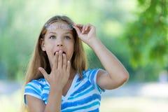 Nastoletnia dziewczyna z ręk jej pokrywami obrazy royalty free