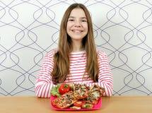Nastoletnia dziewczyna z smakowitymi kanapkami zdjęcia royalty free