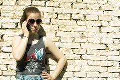 Nastoletnia dziewczyna z telefonem komórkowym outdoors zdjęcie royalty free