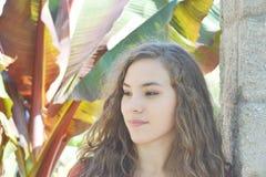 Nastoletnia dziewczyna z Tropikalnymi roślinami obraz royalty free
