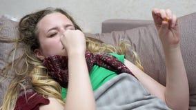 Nastoletnia dziewczyna zakopuje kiść od cieknącego nosa Zimno zdjęcie wideo