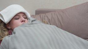 Nastoletnia dziewczyna zakrywa z koc, jej febra, migrena, grypa zbiory wideo