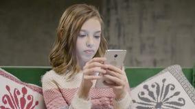 Nastoletnia dziewczyny gadka z przyjacielem smartphone w domu zbiory wideo