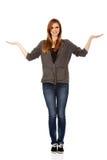 Nastoletnia kobieta przedstawia coś na otwartych palmach Zdjęcie Royalty Free