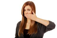 Nastoletnia kobieta zakrywa jej usta z ręką Fotografia Royalty Free