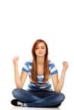 Nastoletnia kobiety medytacja na podłoga Zdjęcia Stock