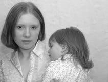 Nastoletnia matka, siostry/ Zdjęcia Stock
