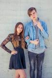 Nastoletnia para w miłości na dacie Zdjęcie Royalty Free