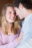 nastoletnia pary kanapa domowa romantyczna siedząca Zdjęcia Stock