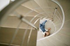 Nastoletnia piękna dziewczyna w cajgach odziewa pod schodkami Zdjęcia Stock