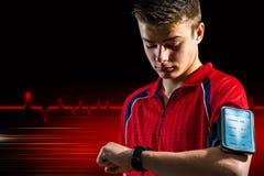 Nastoletnia robi sprawności fizycznej analiza na mądrze zegarku obrazy royalty free