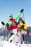 Nastoletnia Rodzina Na Narciarskim Wakacje W Górach Zdjęcie Royalty Free
