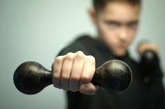 Nastoletnia sport chłopiec z dumbbells i eleganckim ostrzyżeniem, studio strzał Zdjęcia Stock