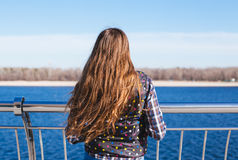 Nastoletnia szczęśliwa dziewczyna relaksuje blisko rzeki w miasto parku plenerowym Obraz Royalty Free