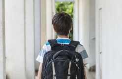 Nastoletnia szkolna chłopiec z plecakiem na jego plecy odprowadzenie szkoła Zdjęcia Stock