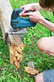 Nastoletnia tnąca drewniana deska zdjęcie stock