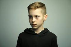 Nastoletnia zła chłopiec z eleganckim ostrzyżeniem, studio strzał Zdjęcia Royalty Free