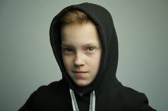 Nastoletnia zła chłopiec z slingshot i eleganckim ostrzyżeniem, studio strzał Obraz Stock