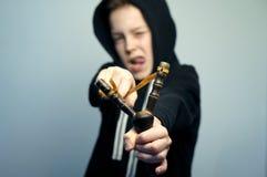 Nastoletnia zła chłopiec z slingshot i eleganckim ostrzyżeniem, studio strzał Zdjęcia Royalty Free