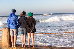 Nastoletnie chłopiec dziewczyn plaży fala Zdjęcia Stock