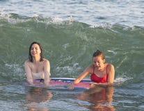 Nastoletnie dziewczyny bawić się w ocean fala Obrazy Stock