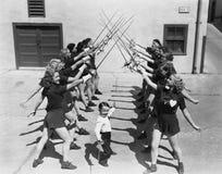 Nastoletnie dziewczyny i chłopiec fechtunek (Wszystkie persons przedstawiający no są długiego utrzymania i żadny nieruchomość ist Obrazy Stock