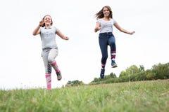 Nastoletnie Dziewczyny Na łące Zdjęcie Royalty Free