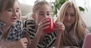 Nastoletnie dziewczyny ogląda środek zawartość na laptopie zdjęcie wideo