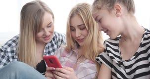 Nastoletnie dziewczyny ogląda środek zawartość na smartphone zdjęcie wideo