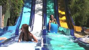 Nastoletnie dziewczyny przy woda parkiem Zdjęcie Stock
