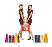 Nastoletnie dziewczyny w czerwonych sukniach z torba na zakupy Zdjęcie Royalty Free