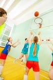 Nastoletnie dziewczyny w sport jednolitej bawić się koszykówce zdjęcia royalty free
