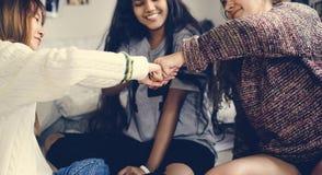 Nastoletnie dziewczyny w sypialni pięści wpadać na siebie przyjaźni pojęcie zdjęcie stock
