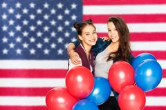 Nastoletnie dziewczyny z balonami nad flag? ameryka?sk? fotografia royalty free