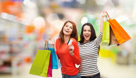Nastoletnie dziewczyny z torba na zakupy i kredytową kartą Fotografia Royalty Free