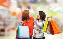 Nastoletnie dziewczyny z torba na zakupy i kredytową kartą Zdjęcie Royalty Free