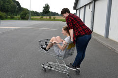 Nastoletnie dziewczyny z wózek na zakupy Zdjęcia Royalty Free