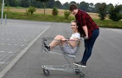 Nastoletnie dziewczyny z wózek na zakupy Obrazy Royalty Free
