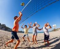Nastoletniego chłopaka doskakiwanie gwoździć siatkówkę nad siecią fotografia stock