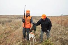 Nastoletniego Chłopaka i mężczyzna bażanta polowanie z niemiec Shorthair psem Obrazy Royalty Free