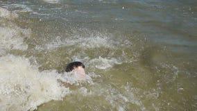 Nastoletniego chłopaka nur morze od plaży zdjęcie wideo