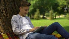 Nastoletniego chłopaka pisać na maszynie zapytanie w wyszukiwarki rewizji barze, intymny dostęp, kontrola rodziców zdjęcie wideo