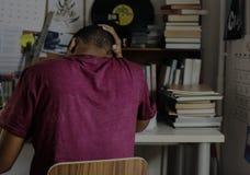 Nastoletniego chłopaka studiowanie w sypialni obrazy royalty free