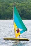 Nastoletniego chłopaka wiatrowy surfing zdjęcie royalty free