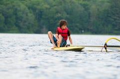 Nastoletniego chłopaka wiatrowy surfing fotografia stock