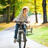 Nastoletniego chłopaka jechać na rowerze Obrazy Stock