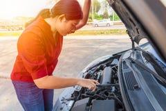 Nastoletniego dziewczyna kapiszonu otwartego samochodowego czeka parowozowa awaria przy poboczem zdjęcie royalty free