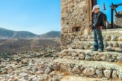 Nastoletniego podróżnika trwanie wysokość up na kamiennych krokach antyczny Bizantyjski kasztel Chora na grka Kalymnos wyspie Fotografia Royalty Free