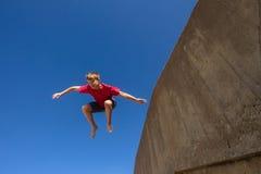 Nastoletniej chłopiec Skokowy niebieskie niebo Fotografia Royalty Free
