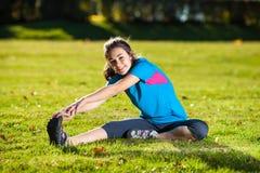 Nastoletniej dziewczyny ćwiczyć plenerowy Zdjęcia Stock